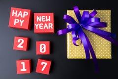 Anwesende Geschenkbox und Zahl des guten Rutsch ins Neue Jahr 2017 auf rotem Papierkasten Lizenzfreies Stockfoto