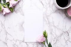 Anwesende Karte mit rosa Blumen und Kaffee auf Marmorhintergrund stockbilder