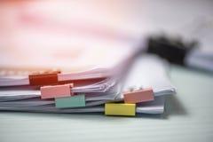 Anwesender Geschäftsbericht Finanz- des Berichtspapierdokuments und mit bunter Büroklammer lizenzfreie stockfotos