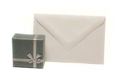 Anwesender Kasten mit unbelegtem Umschlag Stockbilder