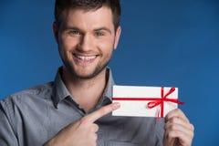 Anwesendes Geschenk in den Händen des lächelnden Mannes lizenzfreies stockfoto