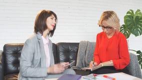 Anwesendes neues Projekt der Geschäftsfrau mit ihren Teilhabern stock footage
