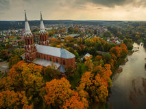 Anyksciai, Λιθουανία: νεογοτθικός Ρωμαίος - καθολική εκκλησία το φθινόπωρο Στοκ Φωτογραφία
