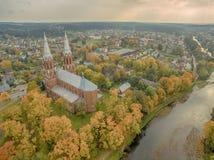 Anyksciai, Λιθουανία: νεογοτθικός Ρωμαίος - καθολική εκκλησία το φθινόπωρο Στοκ Εικόνα