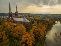 Anyksciai, Λιθουανία: νεογοτθικός Ρωμαίος - καθολική εκκλησία το φθινόπωρο Στοκ εικόνα με δικαίωμα ελεύθερης χρήσης