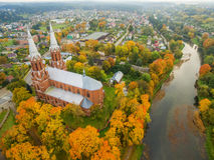Anyksciai, Litauen: neo-gotische Römisch-katholische Kirche im Herbst lizenzfreie stockbilder