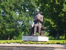 Escritor Antanas Vienuolis de la escultura. Anyksciai. Lituania. 25 de julio de 2012 Foto de archivo libre de regalías