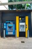 ANZ-bank och Commonwealth Bank ATMs i Brisbane, Australien Royaltyfri Foto