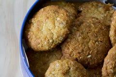 Anzac Biscuits in einem Zinn Stockfoto