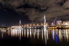 ANZAC Bridge bij nacht Royalty-vrije Stock Afbeeldingen
