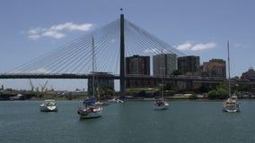 ANZAC Bridge en Sydney con los barcos delante de ella metrajes