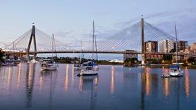 ANZAC Bridge i Sydney på skymning arkivbilder