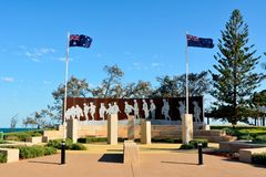 Anzac Court Memorial à l'avant de plage en parc d'émeu, Queensland Images stock