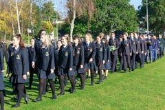Anzac Day 2018, Tauranga NZ: Miembros de las universidades del ` de las muchachas de Tauranga y del ` de los muchachos Imagen de archivo libre de regalías