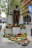 ANZAC herdenkings` tenzij wij ` van Wereldoorlog 1 militairen vergeten, mensen betaalde hulde met bloemen Sydney Cenotaph in Mart royalty-vrije stock afbeelding