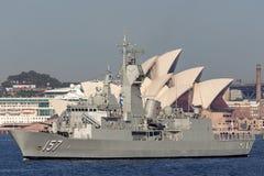 Anzac-klassefregatte HMAS Perth FFH 157 der k?niglichen australischen Marine in Sydney Harbor lizenzfreie stockfotos