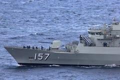 Anzac-klassefregatte HMAS Perth FFH 157 des Segelns der k?niglichen australischen Marine unter ikonenhaften Sydney Harbor Bridge lizenzfreie stockbilder