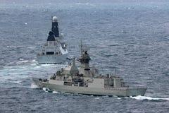 Anzac-klassefregatte HMAS Perth FFH 157 des Segelns der k?niglichen australischen Marine mit Marineschiff HMS Trauen stockfotografie