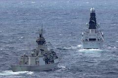 Anzac-klassefregatte HMAS Perth FFH 157 des Segelns der k?niglichen australischen Marine mit Marineschiff HMS Trauen lizenzfreies stockfoto