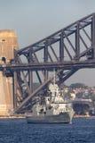 Anzac-klassefregatte HMAS Perth FFH 157 des Segelns der k?niglichen australischen Marine unter ikonenhaften Sydney Harbor Bridge stockfoto