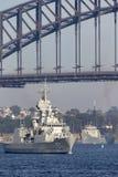 Anzac-klassefregatte HMAS Perth FFH 157 des Segelns der k?niglichen australischen Marine unter ikonenhaften Sydney Harbor Bridge stockfotos