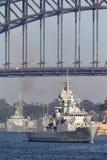 Anzac-klassefregatte HMAS Perth FFH 157 des Segelns der k?niglichen australischen Marine unter ikonenhaften Sydney Harbor Bridge stockbilder