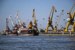 ANZALI, IRAN 25,2018 SEPTEMBER: Het laden op een handelsschip in haven A stock foto's