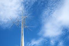 Anzeige Astra Sculpture durch Richard Lippold Against der blaue Himmel, außerhalb von der nationalen Luft und des Weltraummuseums Stockbild