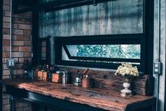 Anzeige der Handkaffeemühledekoration auf Gegenbar zu Hause Stockfotografie