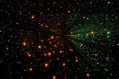Anzeige des grünen und roten Lichtes, farbiger Laser, Spiegelwände und Spiegelball, abstrakter Hintergrund Stockbilder