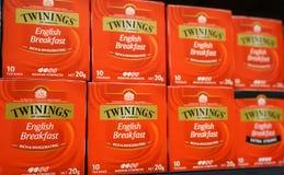 Anzeige des Tees 20g englischen Frühstücks Twinings verpackt auf einem Regal im Gemischtwarenladen stockfotografie