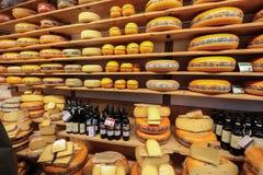 Anzeige des traditionellen holländischen Käses, wie Edamer und Gouda-Käse am lokalen Käseshop, Alkmaar, Lizenzfreie Stockfotografie