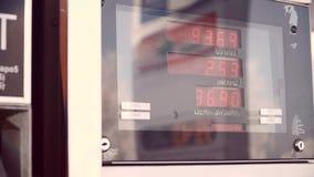Anzeige für Treibstoff Das pumpende Benzin des Fahrers an der Tankstelle stock video