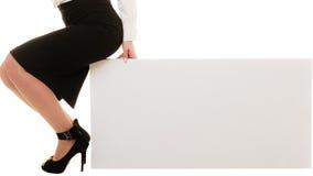 Anzeige Leere Kopienraumfahne und weibliche Beine Stockbilder