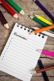 Anzeige mit copyspace und bunten Bleistiften auf Holztisch Lizenzfreie Stockfotografie