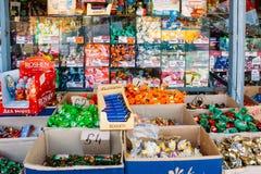 Anzeige von Bonbons am lokalen Landwirtmarkt Lizenzfreie Stockfotos