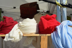 Anzeige von farbigen Schals Stockfotos