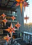 Anzeige von Weihnachtsdekorationen zur Zeit Warner Center Shops bei Columbus Circle Stockbilder