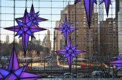 Anzeige von Weihnachtsdekorationen zur Zeit Warner Center Shops bei Columbus Circle Lizenzfreies Stockfoto
