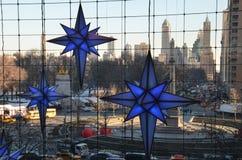 Anzeige von Weihnachtsdekorationen zur Zeit Warner Center Shops bei Columbus Circle am 17. Dezember 2013 in New York City Stockbild