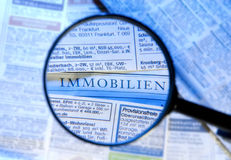 Anzeigen des Vergrößerungsglases und der Immobilien lizenzfreie stockfotografie