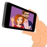 Anzeigen eines Schnappschusses des glücklichen Paars am Handy Lizenzfreies Stockbild