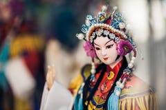 Anzeigenfenster des Andenkenspeichers, am 16. Dezember 2013 in Peking, China Chinesisches klassisches Charaktermodell ist tourist Stockfotografie