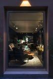 Anzeigenfenster des Luxusmöbelgeschäfts in Italien Lizenzfreies Stockfoto
