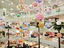 Anzeigenpapierlaternen für Feier des Chinesischen Neujahrsfests am Einkaufszentrum lizenzfreie stockfotografie