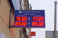 Anzeigetafelaustausch der Bank Novikombank Nizhny Novgorod Stockfotografie