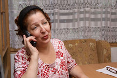 Anziana che chiama dal telefono Fotografie Stock