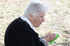 Anziana che mangia torta Immagine Stock Libera da Diritti