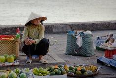 Anziana che vende frutta in un servizio Immagine Stock