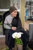 Anziana che vende i fiori Fotografie Stock